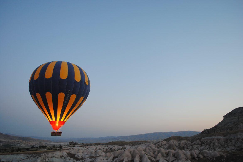 Ein aufsteigender Heissluftballon als Symbol für einen Aufstieg