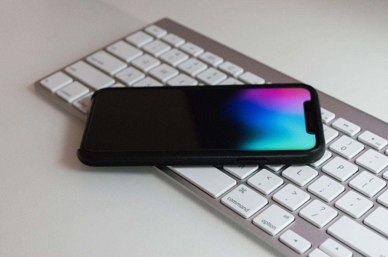 Smartphone liegt auf Tastatur