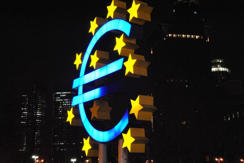 EU, Euro-Zeichen und Bitcoin