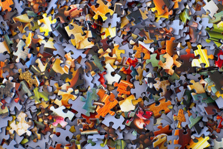 Einzelne Puzzleteile als Symbol für Dezentralität
