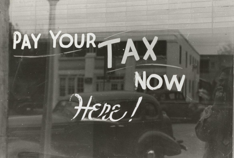 Schaufenster mit Aufforderung Steuern zu zahlen