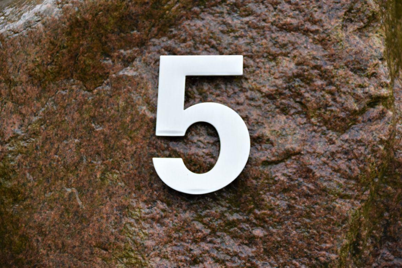 Die Zahl fünf auf einem Stein