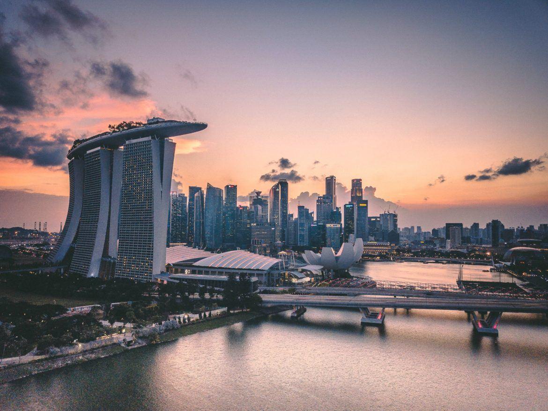 Marina Bay Singapur - Sitz der Bank DBS, die in den Kryptohandel einsteigt