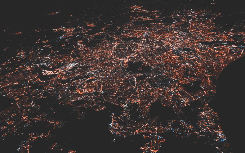 Eine Stadt bei Nacht von oben
