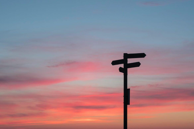 Ein Wegweiser vor dem Nachthimmel als Orientierung