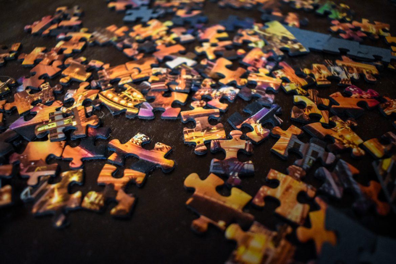 Puzzle als Symbol für dezentrale Finanzen (DeFi)