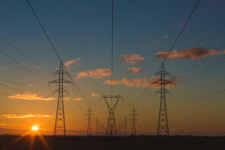 Stromleitungen als Symbol für den Stromverbrauch