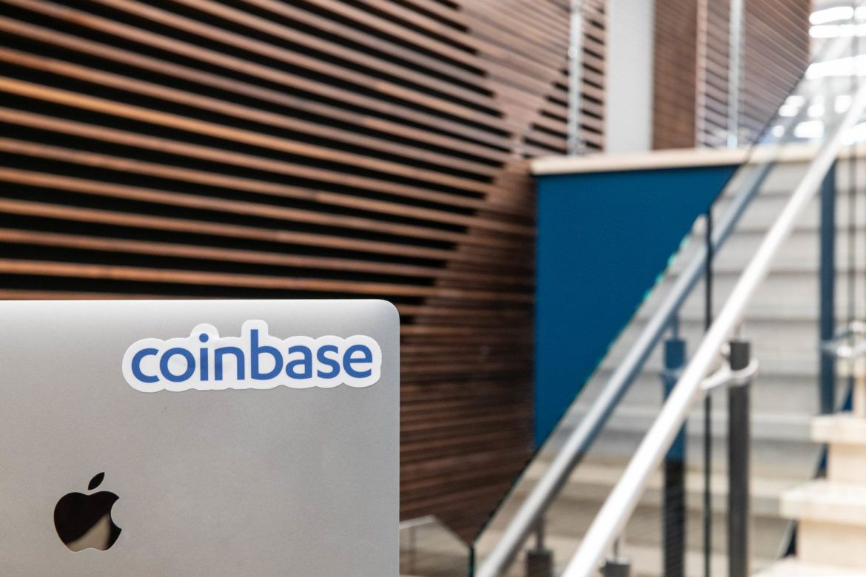 Laptop mit Coinbase Logo