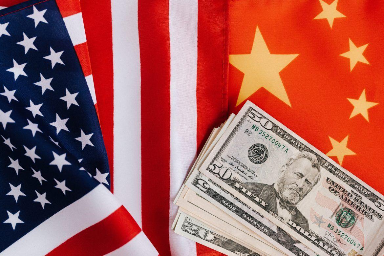 Flaggen von USA, China und Abbildung von US Dollar