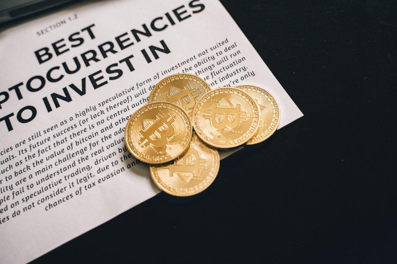 Nachfrage nach Bitcoin. Abbildung von Bitcoin vor einer Publikation