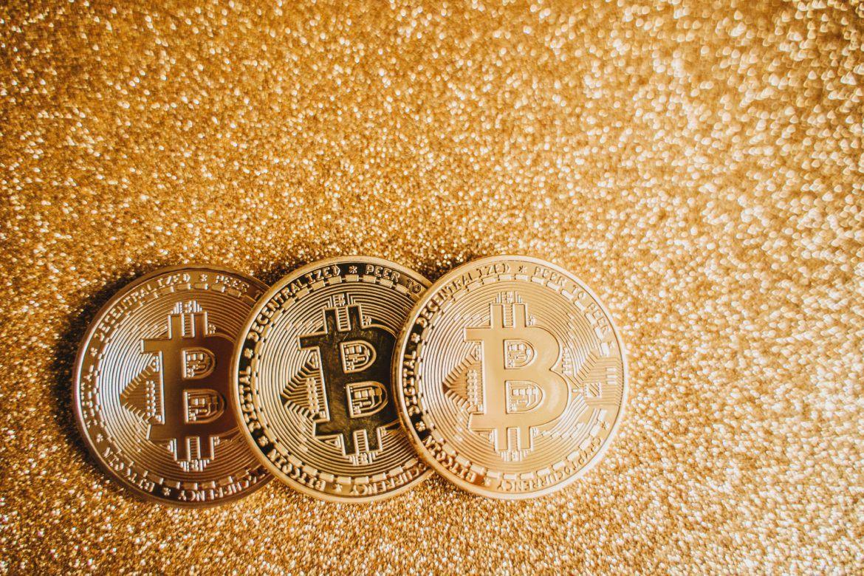 Abbildung von drei Bitcoin Münzen
