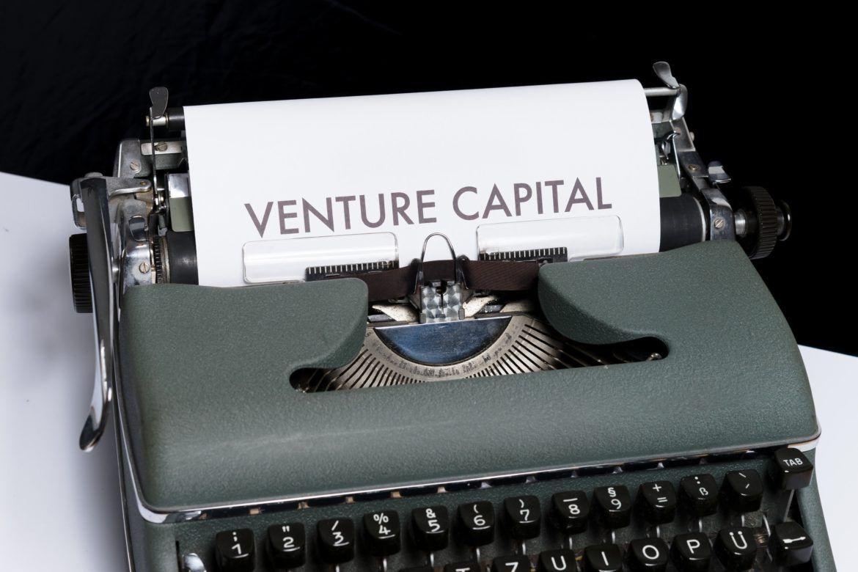 Schreibmaschine mit Venture Capital als Symbol