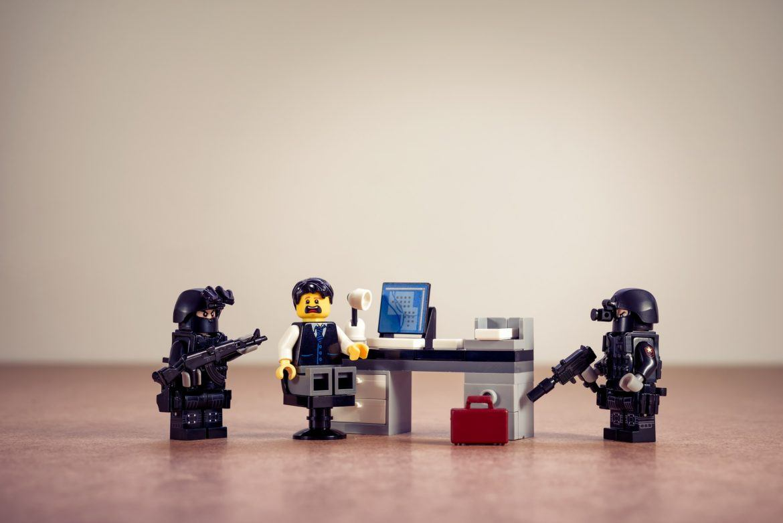Nachgestellte Szene mit Steckfiguren und einem Hacker