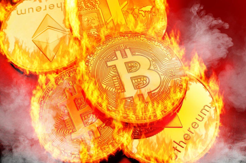 Brennende Bitcoin und Ethereum als Symbol für den fallenden Markt (Kurs-Update)