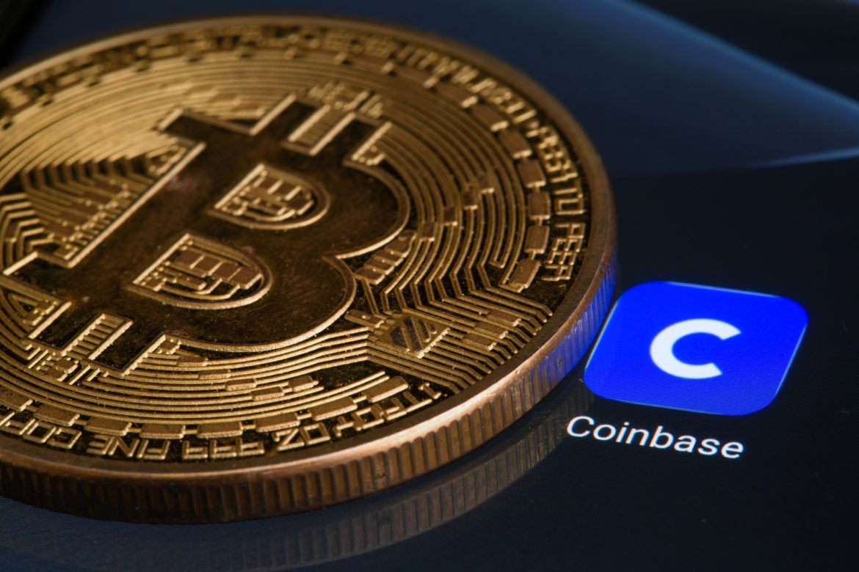 Coinbase logo und Bitcoin Münze