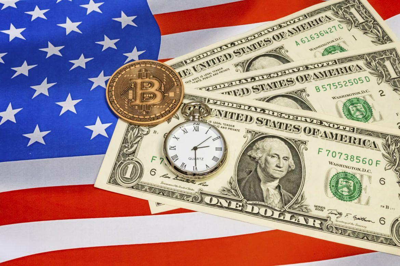 Bitcoin und US-Dollar vor einer Flagge der USA
