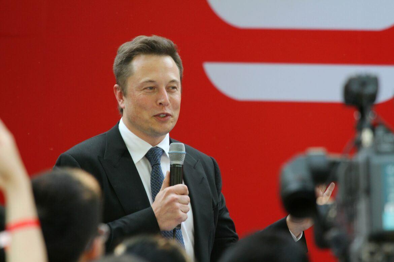 Elon Musk spricht auf einem Event
