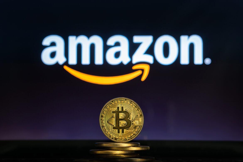 Amazon Logo vor einem Bitcoin