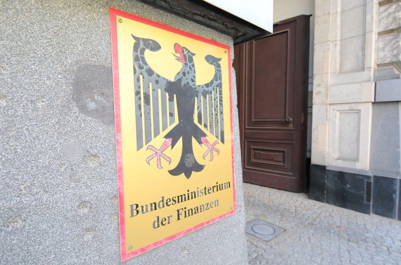 Eingang Bundesministerium der Finanzen als Smybol zur Besteuerung von Kryptowährungen