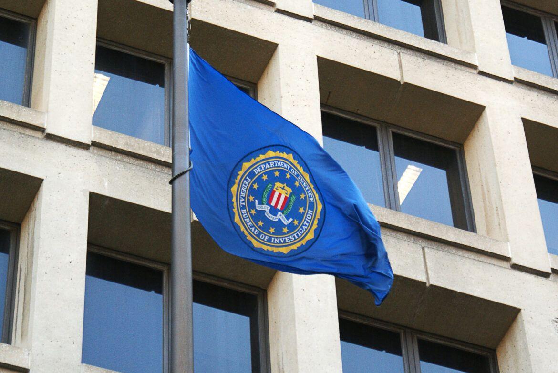 Gebäude des FBI mit einer Flagge