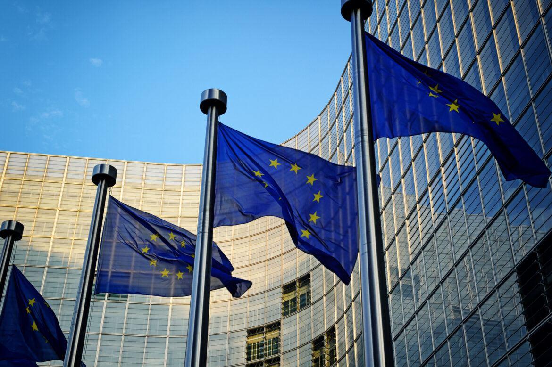 Flaggen der EU vor dem europäischen Parlament